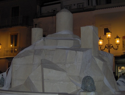 San Giovanni Rotondo NET - La fontana 'impacchettata'