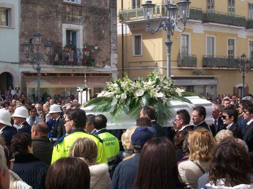 San Giovanni Rotondo NET - Il feretro all'uscita dal chiostro comunale