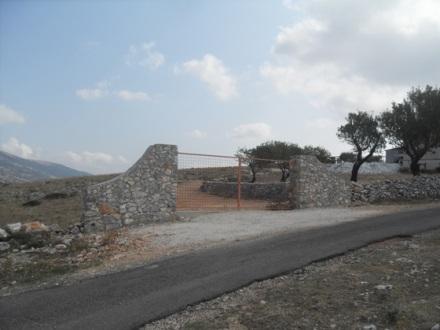 Muretto di recinzione del 'costruendo Polivalente'