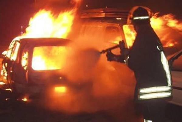 Automezzo incendiato nella notte