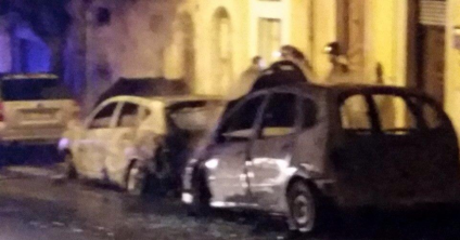 Incendiate due auto nella notte